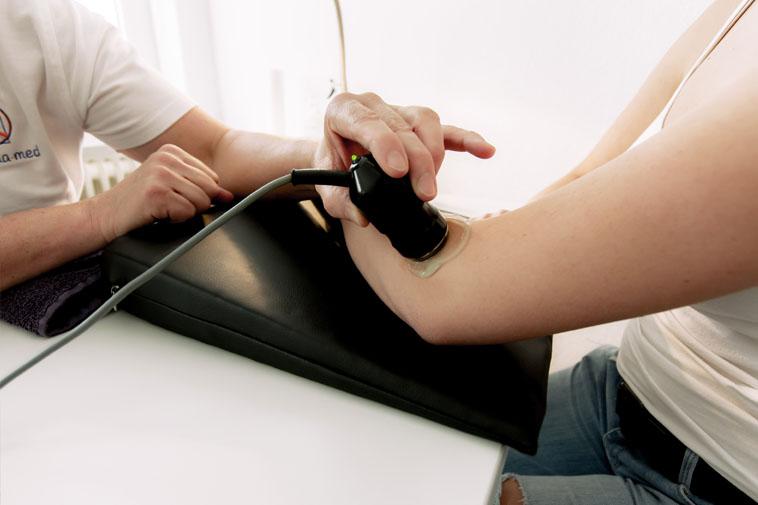 Anwendung der Elektro-Therapie der Physiotherapie Praxis mensana•med in Köln