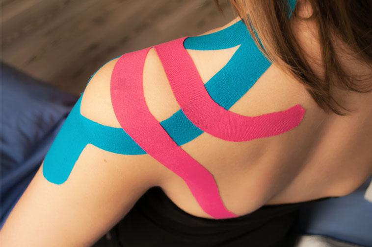 Anwendung der Kinesio-Taping der Physiotherapie Praxis mensana•med in Köln