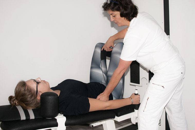 Anwendung der Krankengymnastik am Gerät der Physiotherapie Praxis mensana•med in Köln