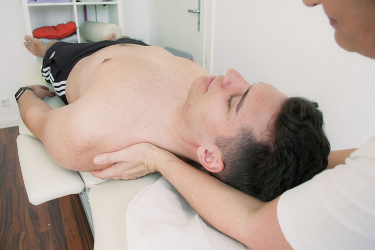 Anwendung der Massagetherapie der Physiotherapie Praxis mensana•med in Köln